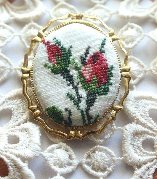 """Броши ручной работы. Ярмарка Мастеров - ручная работа. Купить Брошь вышитая """"Бутоны роз"""". Handmade. Кулон, камея, камеи"""