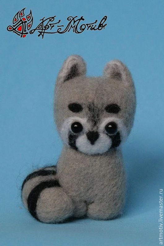 Валяная игрушка `Енот`, 6,5x4 сантиметров