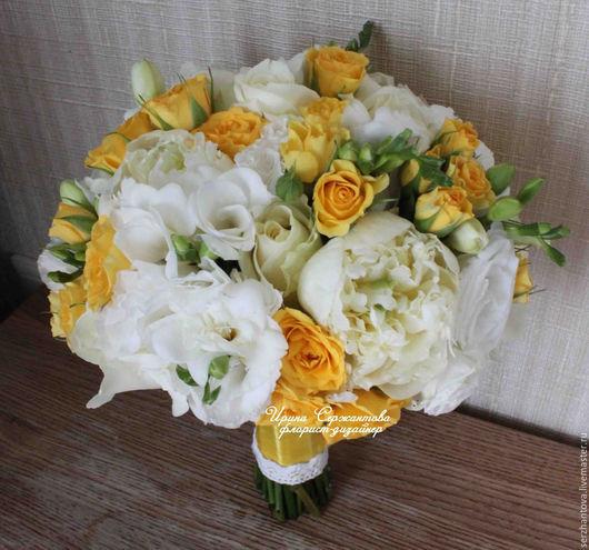 Букет невесты из пионов, роз в бело-желтом цвете