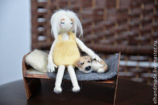 """Человечки ручной работы. Ярмарка Мастеров - ручная работа. Купить Валяная игрушка """"Девушка с собачкой"""". Handmade. Валяшка, валяная собака"""