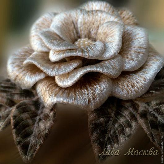 Брошь.Розочка садовая,свело-бежевого цвета.Веточки и листики на  проволочном каркасе,что позволяет менять их положение.