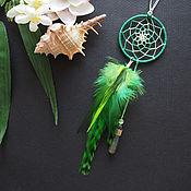 Летняя поляна - зелёный кулон ловец снов с перьями в стиле бохо