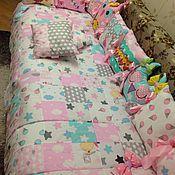 Подарок новорожденному ручной работы. Ярмарка Мастеров - ручная работа Комплект постельного белья с бортиками и покрывалом пэчворк. Handmade.