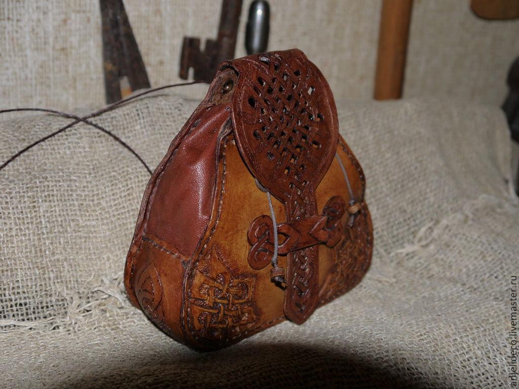 Сумочка кожаная с ажурной крышечкой