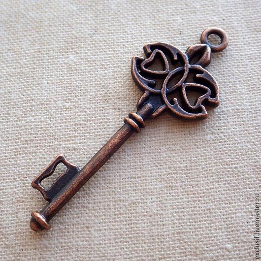 Фурнитура для создания украшений - подвеска в виде ключа для кулона или брелока. Цвет подвески античная медь. Размер ключа 4,5х1,5 см.