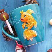 Кружки ручной работы. Ярмарка Мастеров - ручная работа Кружка и ложка с декором Золотая рыбка. Handmade.