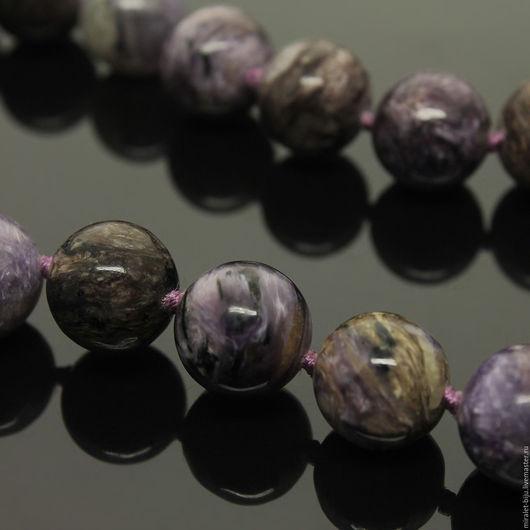 Красивые бусы из чароита. Авторские бусы из натурального камня чароит. Фото на черном фоне.