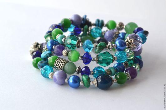 Яркий многорядный браслет насыщенных чистых оттенков фиолетового, сиреневого, зелёного, синего и голубого цветов.