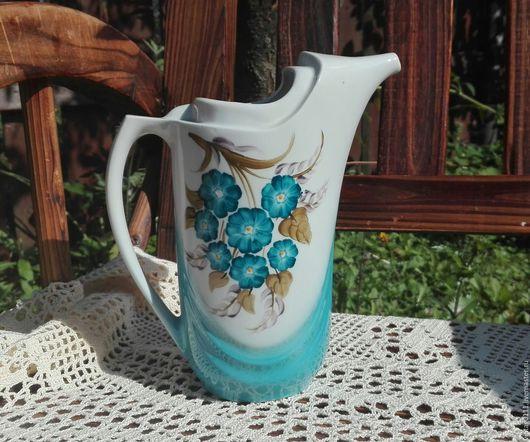 ...фарфоровый  кувшинчик-молочник, достаточно необычной формы, выполненный на Коростеньском фарфоровом заводе (УССР) в 60-х годах прошлого века...