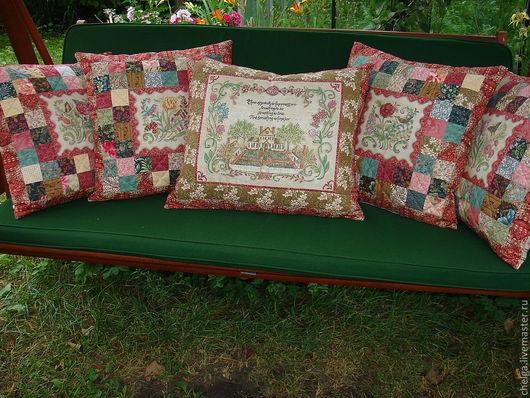"""Общий вид комплекта декоративных подушек """"Старинная вышивка""""."""