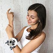Украшения ручной работы. Ярмарка Мастеров - ручная работа Войлочный браслет-манжета «Маковый. Белое на сером». Handmade.