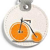 Аксессуары ручной работы. Ярмарка Мастеров - ручная работа Круглый брелок с карабином Оранжевый велосипед - Спортивный. Handmade.