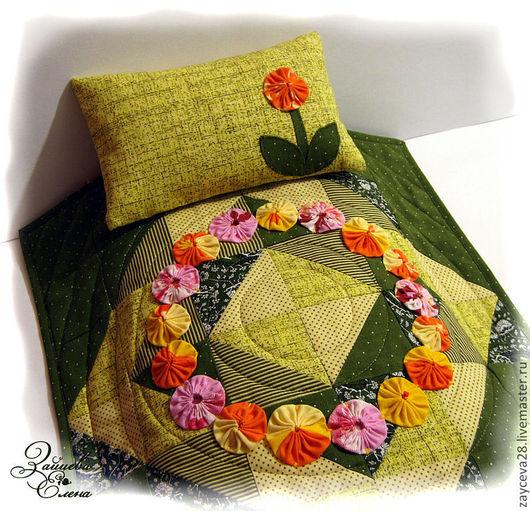 Одеяло лоскутное, богото декорированно хороводом ярких цветов. Наволчку украшает аппликация.