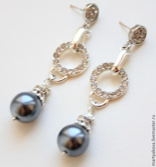 Классические длинные серьги с черным жемчугом созданы в винтажном стиле из японского винтажного жемчуга майорка (производства 30-х гг. прошлого столетия) и высококлассной фурнитуры серебряного цвета.