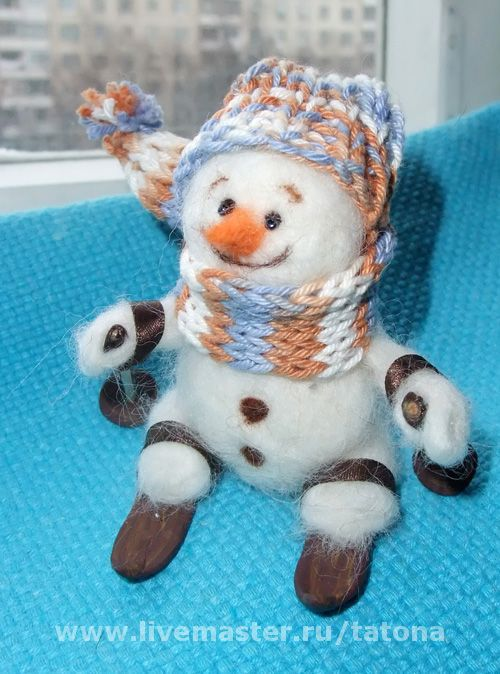 шапочка связана вручную из хлопковой пряжи, шарфик является продолжением шапки