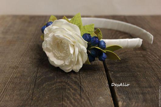 Ободок с молочным цветком и голубикой.