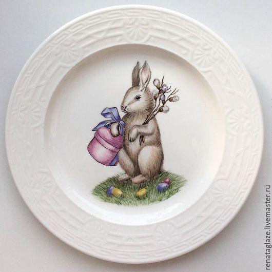 """Тарелки ручной работы. Ярмарка Мастеров - ручная работа. Купить Фарфоровая тарелка """"Пасхальный заяц с подарком"""". Handmade. Пасхальный подарок"""