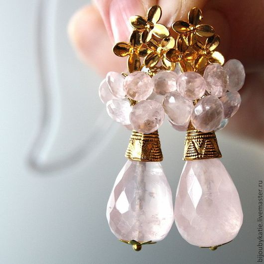 Серьги с натуральными камнями розовый кварц В серьгах крупные бриолеты и бусины луковицы ювелирной огранки Металлическая фурнитура, пуссеты, металлические тибетские бусины цвета золото