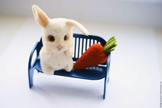 белый, зайка, заяц, зайчонок, зайчик, заяц из войлока, войлочный зайчик, заяц из войлочной шерсти, зайка игрушка, зайцы из шерсти ,валяние из шерсти заяц, влюбленные зайцы, интерьерная