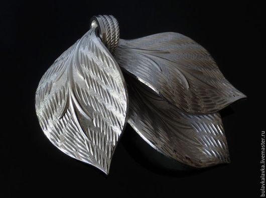 Corocraft Винтажная брошь - кулон. Украшение серебряного тона в виде трех листиков. Винтажная брошь маркирована Corocraft.  Винтажное состояние.