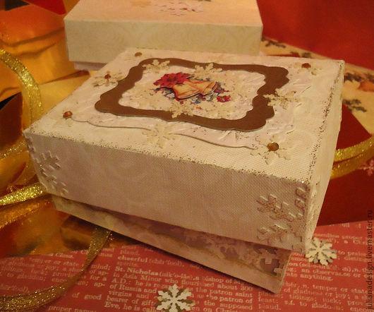 """Корбочка для новогоднего подарка. Плотная. """"Снежинки"""". Корбочка для новогоднего подарка. Плотная. Украшена снежинками из тонкого картона. В центре белая, фигурная плашка с тиснением. Золота"""