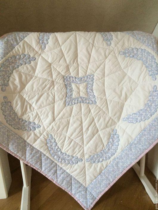Одеялко очень уютное и пышное. Может послужить и пледом, и покрывальцем в коляске.