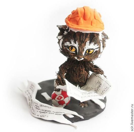 """Игрушки животные, ручной работы. Ярмарка Мастеров - ручная работа. Купить фигурка """"Кот - строитель"""" (статуэтка кота / кошки и мяч """"спартак""""). Handmade."""