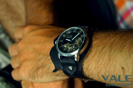 Часы наручные с усами. В черном цвете.