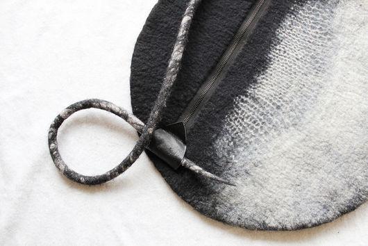 Одежда и аксессуары из ручного войлока и натуральных тканей. Большая сумка круглой формы унисекс из валяного войлока.