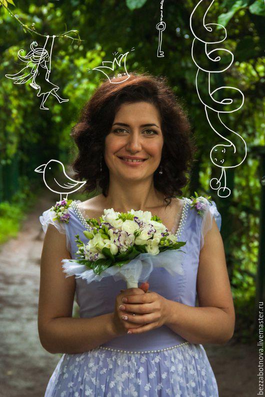 Свадебное платье для невесты Лили - воздушное, задорное и немного мечтательное. Основа платья - сиреневый хлопок и белая сеточка. Платье расшито бусинами под жемчуг и украшено композицией из искусстве