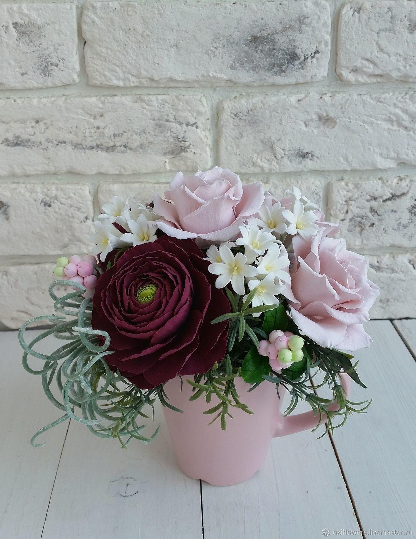 Букет в чашке с розами, ранункулюсом и снежноягодником, Букеты, Москва,  Фото №1