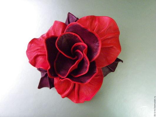 Брошь цветок объёмная из кожи роза `Кармен` красная бордо. Брошь на сумку, пояс, шляпу, пальто, шубу, пиджак, платье, свитер,шарф,шаль, платок, палантин, верхнюю одежду. Подарок женщине, себе любимой.