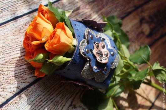 Браслеты ручной работы. Ярмарка Мастеров - ручная работа. Купить яркий кожаный браслет с цветами. Handmade. Синий, серебряный