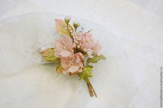 Заколка-брошь с цветочками шиповника. Цветы из шелка