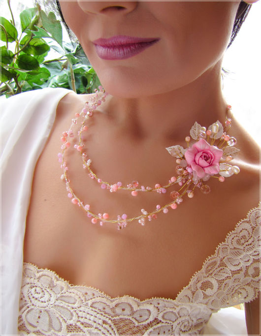 Необычное колье с розовой розой.  Цветочное колье в розовых тонах.  Свадебное колье с цветком розы. Колье для невесты с цветком розовой розы.