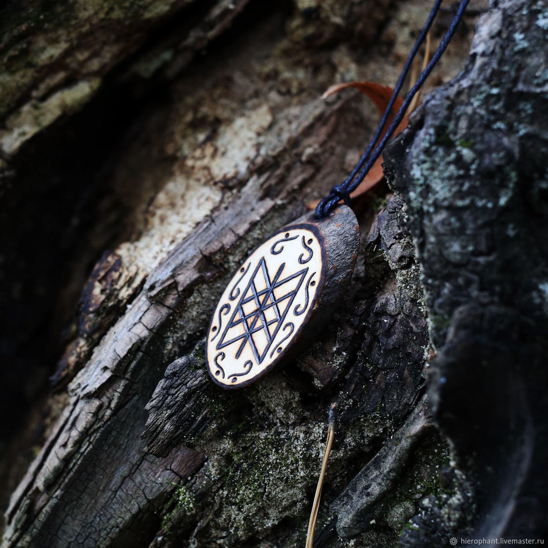 Фото найденных древних рунических амулетов