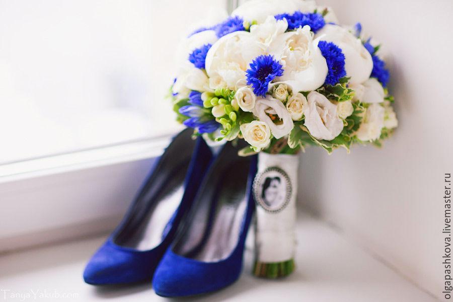 Свадебные букеты из пионов с синими цветами