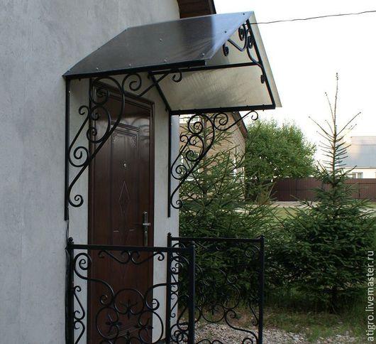 Козырек двускатный с коваными элементами над дверью,входом,крыльцом для дома дачи бани