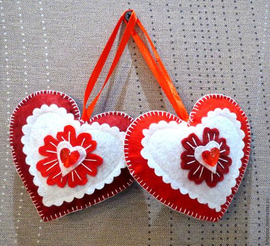 Два сердечка из фетра, почти одинаковые, дополняющие друг друга. Внутри красное сердечко.