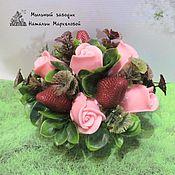 Мыльнвя цветочно-клубничная композиция (розы+клубника)