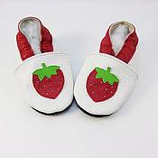 """Обувь детская ручной работы. Ярмарка Мастеров - ручная работа Кожаные тапочки""""Клубничка"""",кожаная обувь.пинетки.чешки. Handmade."""