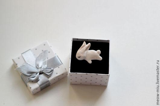 Броши ручной работы. Ярмарка Мастеров - ручная работа. Купить Спящий зайчик (кролик) брошь из полимерно йглины. Handmade. Белый