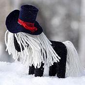 Куклы и игрушки ручной работы. Ярмарка Мастеров - ручная работа Игрушка лошадка вязаная Дама в шляпе. Handmade.