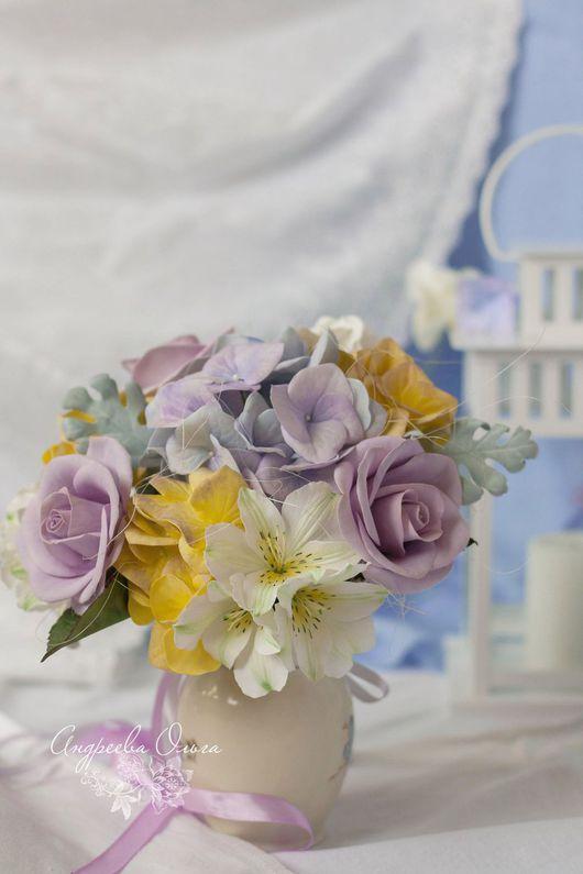 Букет `Сиреневые грезы `.В составе букета :нежнейшие альстромерии ,сиреневые розы ,гортензия ,цинерария и сизаль ручка украшена лентами и кулоном .Может быть как свадебным ,так и интерьерным букетом .