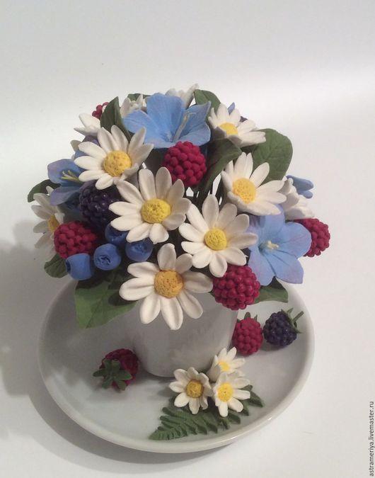 Букет с цветами из полимерной в чашке, ромашки, ягоды , подарок от любимого, подарок подруге, ягодный букет, интересный подарок, эксклюзивный букет.