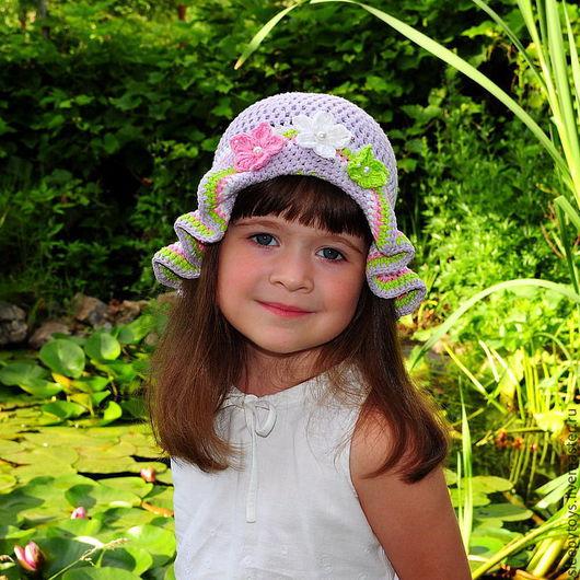 Панама для девочки связана крючком из хлопковой пряжи, украшена вязаными цветочками с бусинами и бисером. Верх панамки связан сеточкой, благодаря чему летом в ней совсем не жарко, а поля более плотной