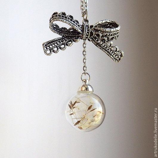 Легкий нежный кулон с одуванчиками Дыханье лета. Полая стеклянная сфера заполнена настоящими семенами одуванчика. Купить кулон одуванчик стеклянный шар