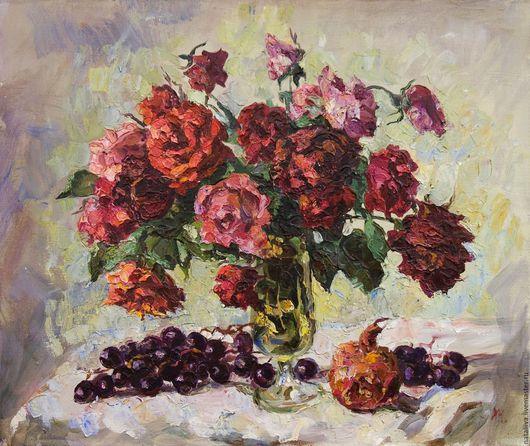 Картина с красными розами и веткой черного винограда на светлом фоне написана маслом на холсте в классической манере масляной живописи. Может прекрасно украсить любой интерьер .