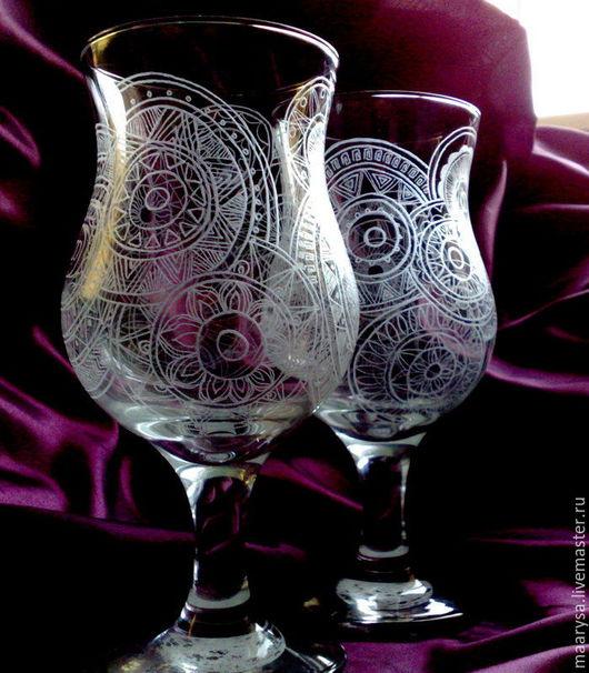 Пара высоких стеклянных бокалов для коктейл я украшенных узором выполненным с помощью ручной алмазной гравировки.  Объем около 380мл, высота бокала около 175мм