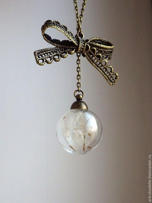 Легкий нежный кулон с одуванчиками Дыханье лета. Полая стеклянная сфера заполнена настоящими семенами одуванчика. Кулон стеклянный шар с одуванчиками и бантом. Купить кулон одуванчик